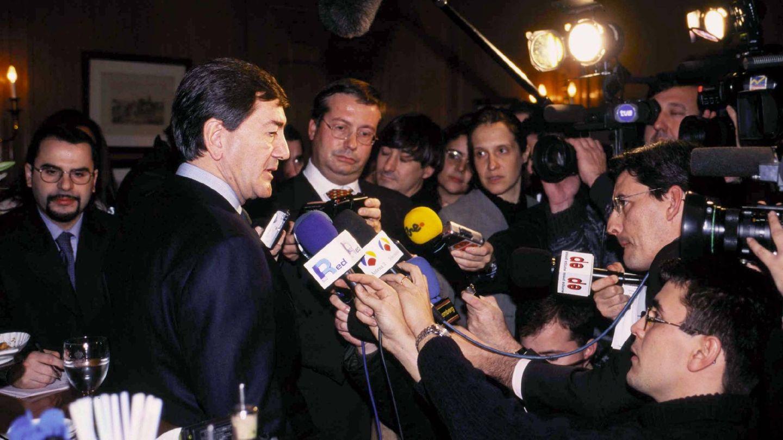 Alfonso Cortina atiende a los periodistas en su época como presidente de Repsol. (Getty)