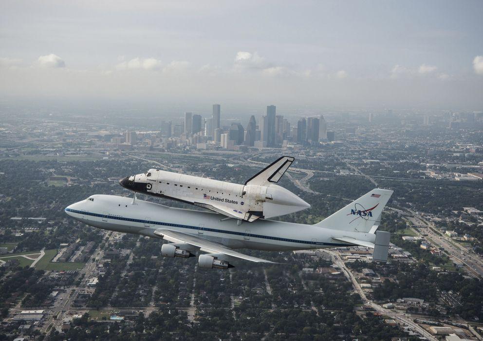 Foto: El trasbordador espacial Endeavour sobrevuela la ciudad de Houston, Texas (Reuters).
