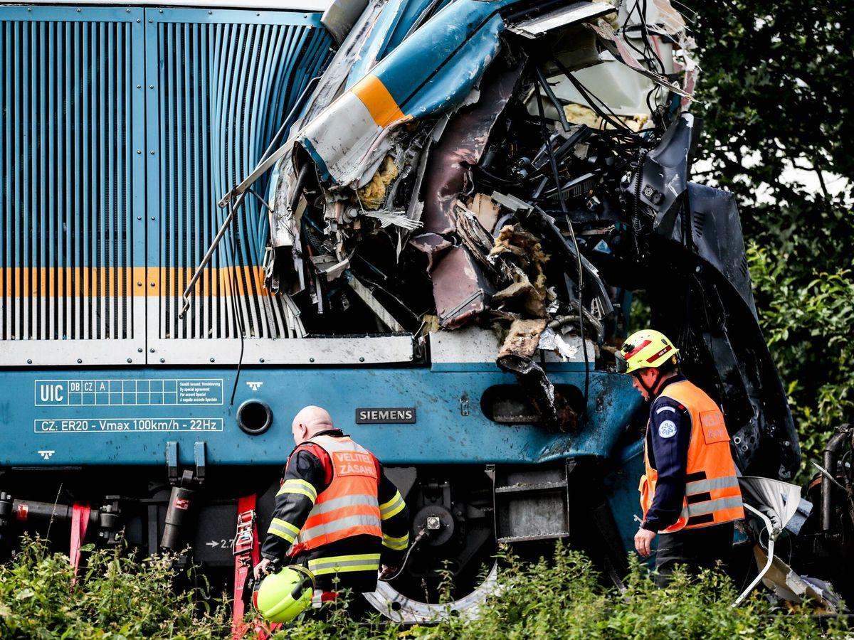 Foto: Estado de uno de los trenes tras el choque. (EFE)