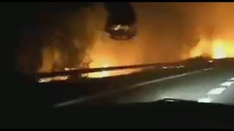 Carreteras cortadas y coches atrapados por el incendio