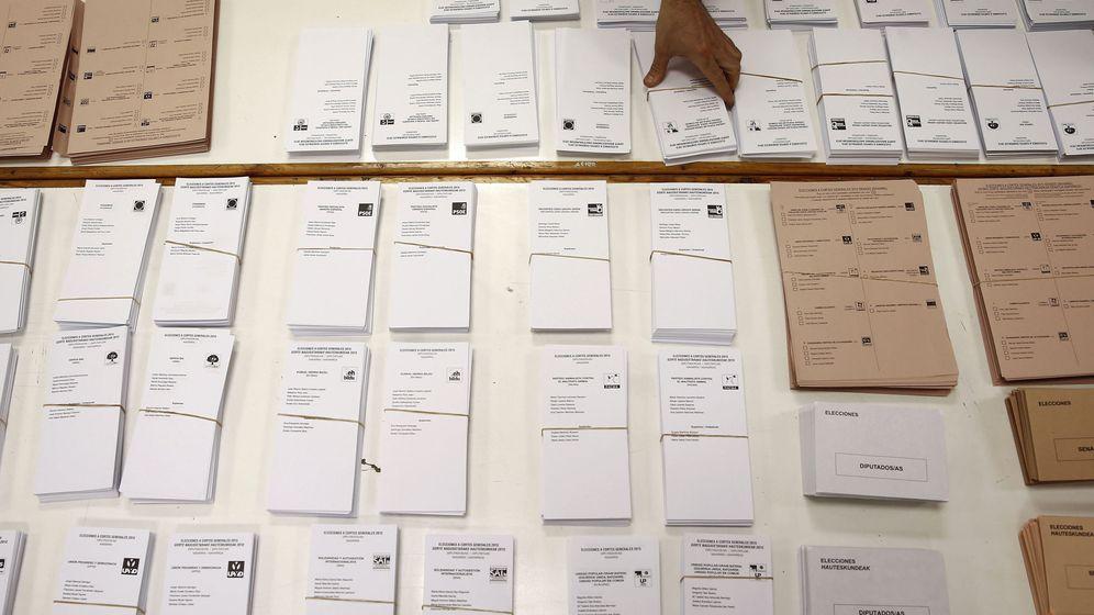 Foto: Montaje de mesas electorales en Pamplona. (EFE)