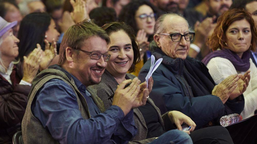 Foto:  La alcaldesa de Barcelona, Ada Colau, y el cabeza de lista de los comunes, Xavier Domènech (i), junto a Vicens Navarro (d). (EFE)