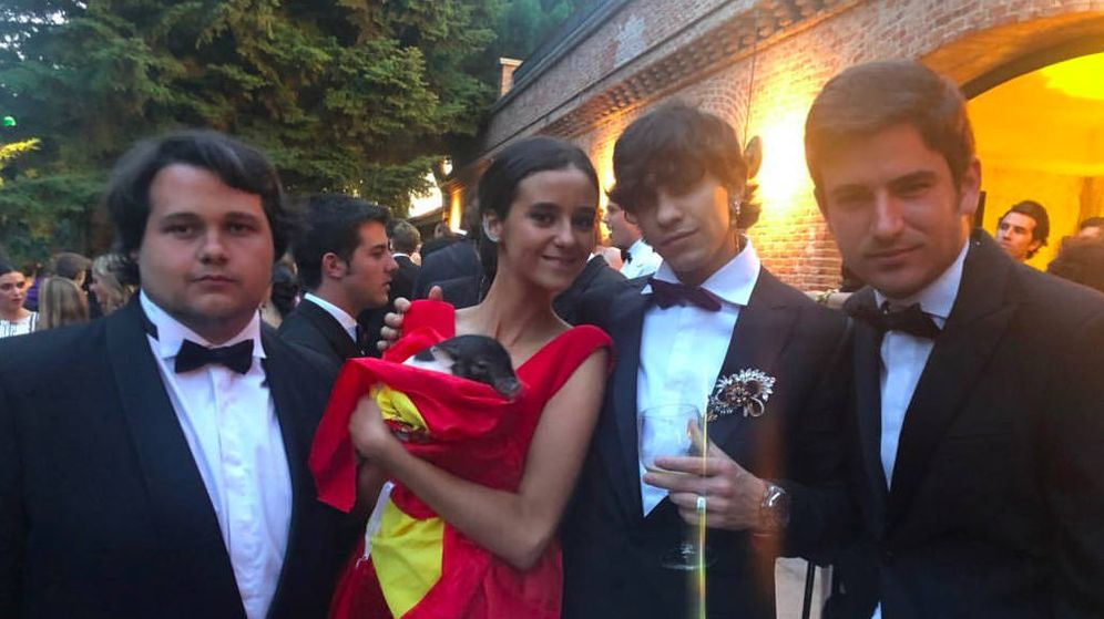 Foto: Victoria Federica con parte de sus amigos, en su puesta de largo. (Instagram)