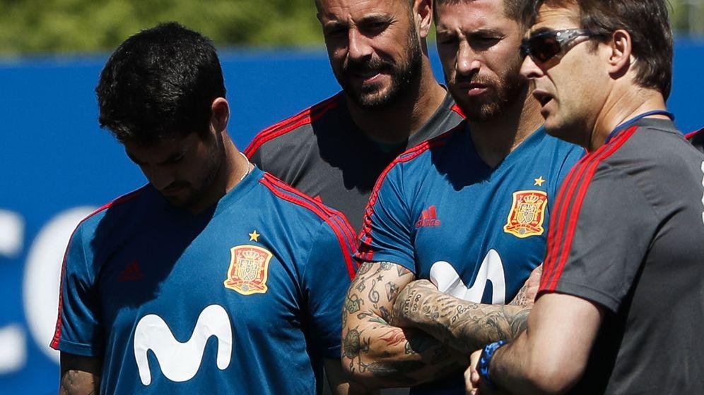 Foto: Lopetegui da instrucciones a Sergio Ramos e Isco durante un entrenamiento de la selección. (Efe)
