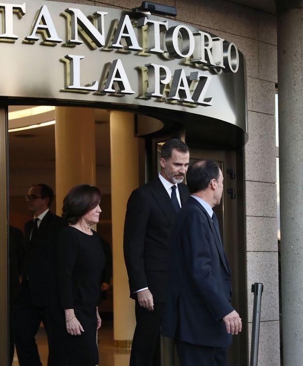 Foto: El Rey, visitando el tanatorio tras la muerte de Aurelio Menéndez. (EFE)