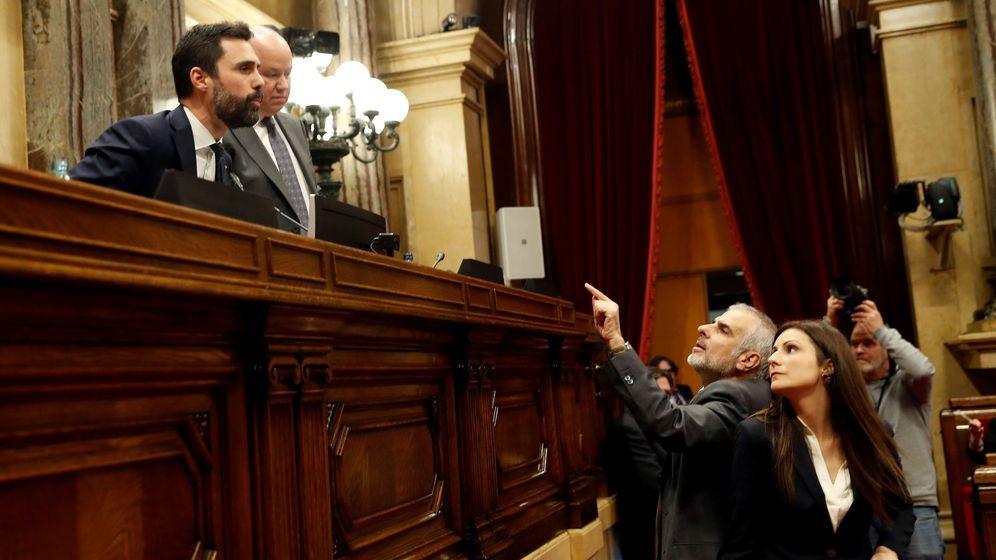 Foto: Los líderes de Ciudadanos, Lorena Roldán (d) y Carlos Carrizosa (2d), discuten con el presidente del Parlament, Roger Torrent. (EFE)