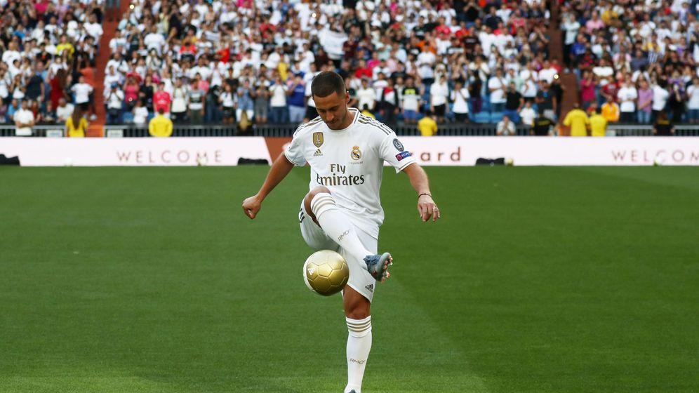 Foto: Hazard se vistió con la equipación del Real Madrid y dio unos toques ante 50.000 aficionados. (Reuters)