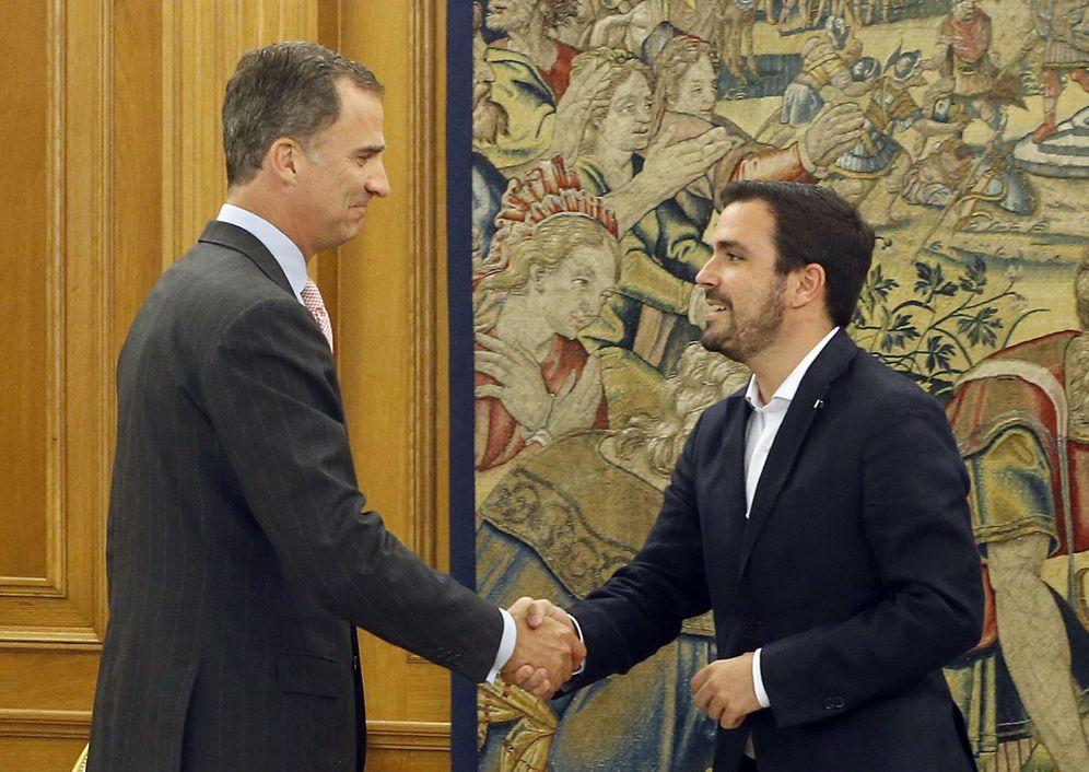 Foto: El rey Felipe VI recibe en el palacio de la Zarzuela a Alberto Garzón en la primera ronda de consultas tras el 26-J y la cuarta en la que va de año. (EFE)