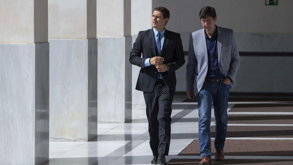 Foto: El presidente de Ciudadanos, Albert Rivera (i), junto al presidente y portavoz del grupo parlamentario en Andalucía, Juan Marín (d). (EFE)