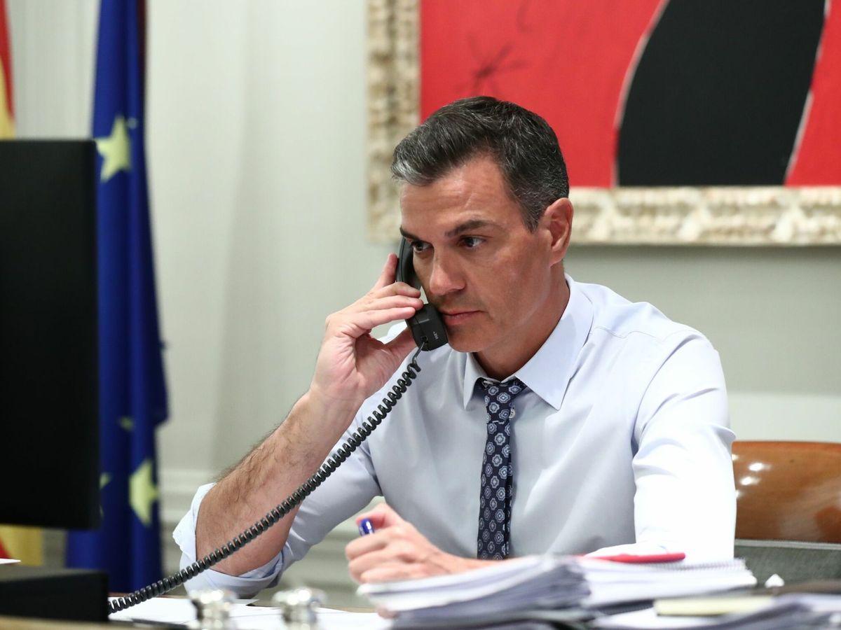 Foto: Pedro Sánchez en su conversación telefónica con Joe Biden. (EFE)