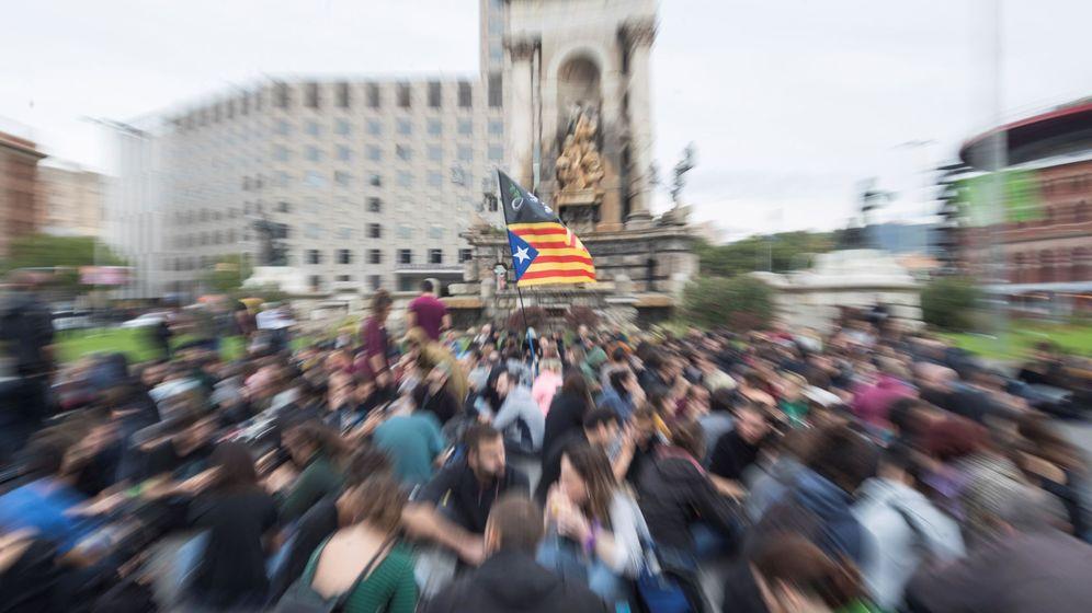 Foto: Un grupo de manifestantes realiza una sentada en la Plaza de España de Barcelona. (EFE)