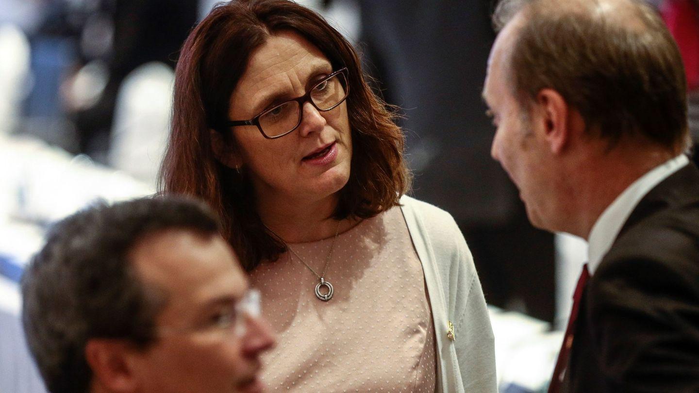 La comisaria europea de Comercio, Cecilia Malmström, charla con sus delegados durante una reunión con representantes de la ASEAN en Singapur, el 2 de marzo de 2018. (EFE)