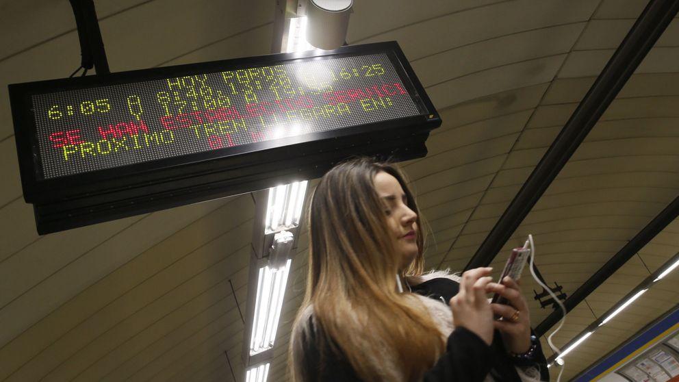Cargar el móvil en el tren o un sitio público no es seguro: así se 'hackean'