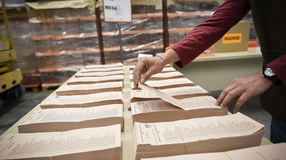 Foto: Preparativos en el almacén central del material electoral en Alcalá de Henares, Madrid. (Efe)