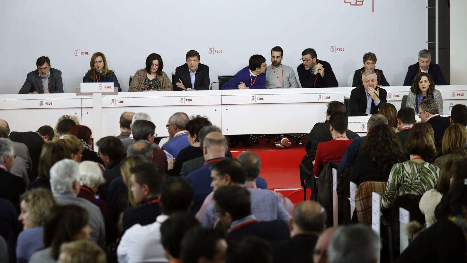 Foto: Javier Fernández, acompañado del resto de los miembros de la gestora, durante el comité federal del PSOE de este 14 de enero. (EFE)