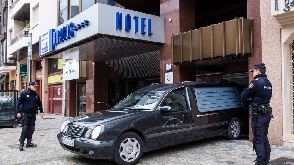 Foto: Un coche fúnebre sale del hotel de Logroño. (EFE)