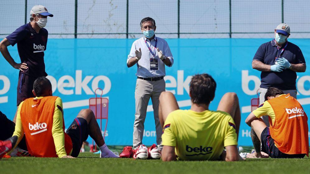 Foto: El presidente del FC Barcelona, Josep Maria Bartomeu, visitó a los jugadores a un entrenamiento. (EFE)