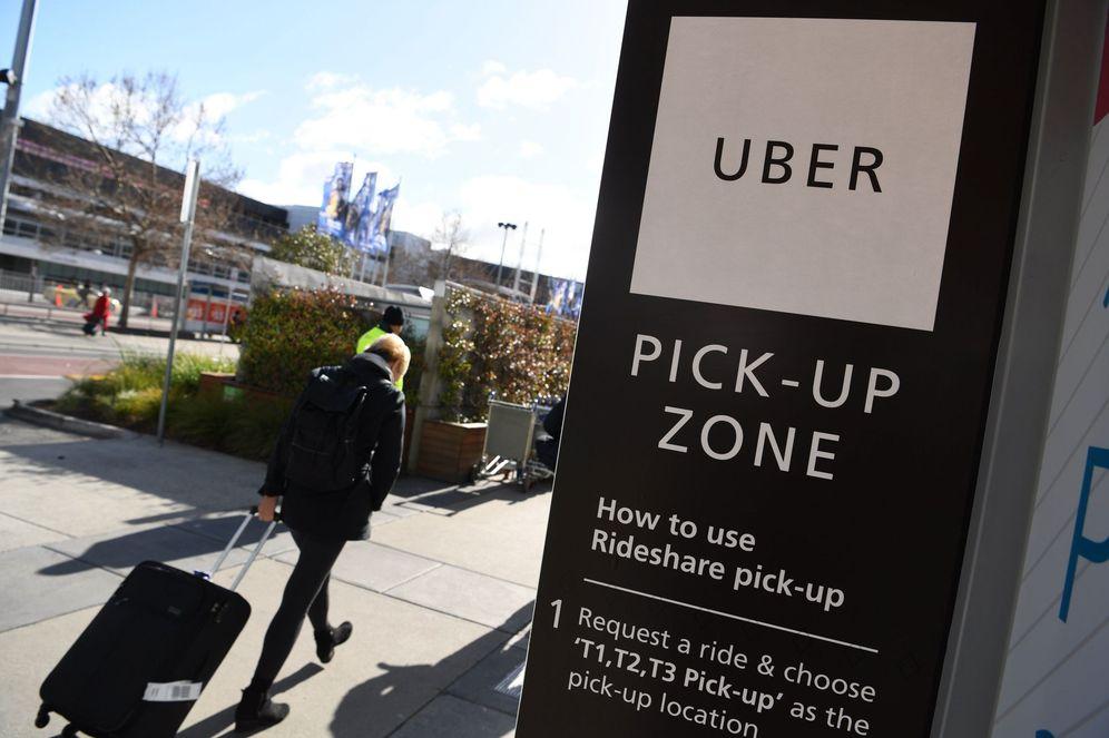 Foto: Una parada de Uber en un aeropuerto de Melbourne. (Joe Castro/Efe)