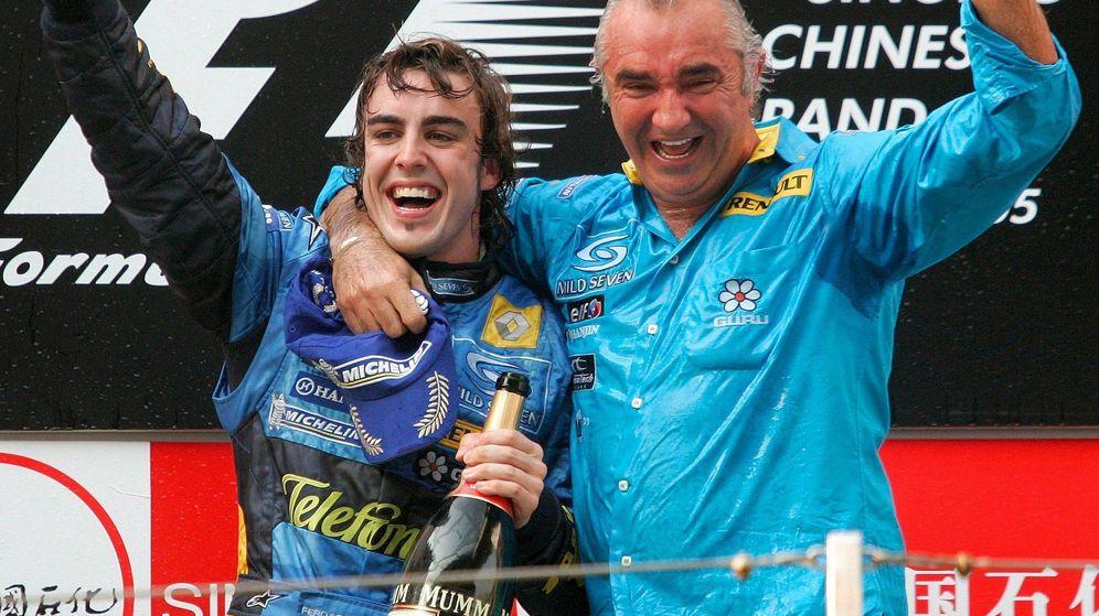 Foto: Alonso con Flavio Briatore tras ganar el GP de China de 2005 (EFE)