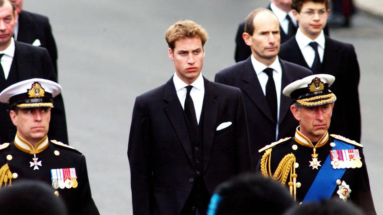 Simon Bowes-Lyon, al fondo a la derecha, en el cortejo fúnebre de la reina madre. (Getty)