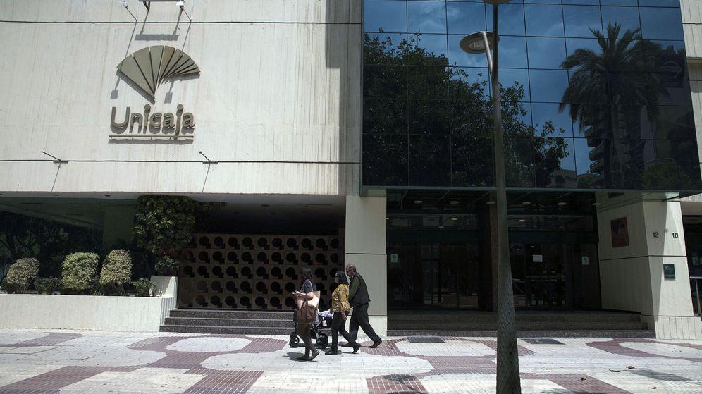 Foto: Fachada de la sede central de Unicaja en Málaga. (Efe)