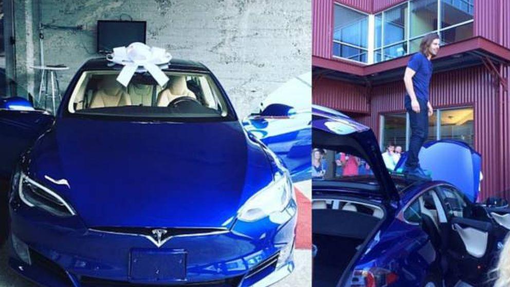 Le compran un Tesla de ensueño a su jefe por haber duplicado el sueldo a los trabajadores
