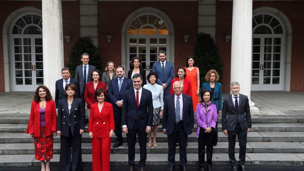 Foto: Pedro Sánchez junto a sus 17 ministros en la escalinata de La Moncloa. (EFE)