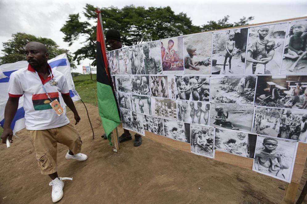 Foto: Vista de un mural con las fotos de las víctimas de la guerra de Biafra durante una manifestación para conmemorar la creación de este extinto Estado. (EFE)