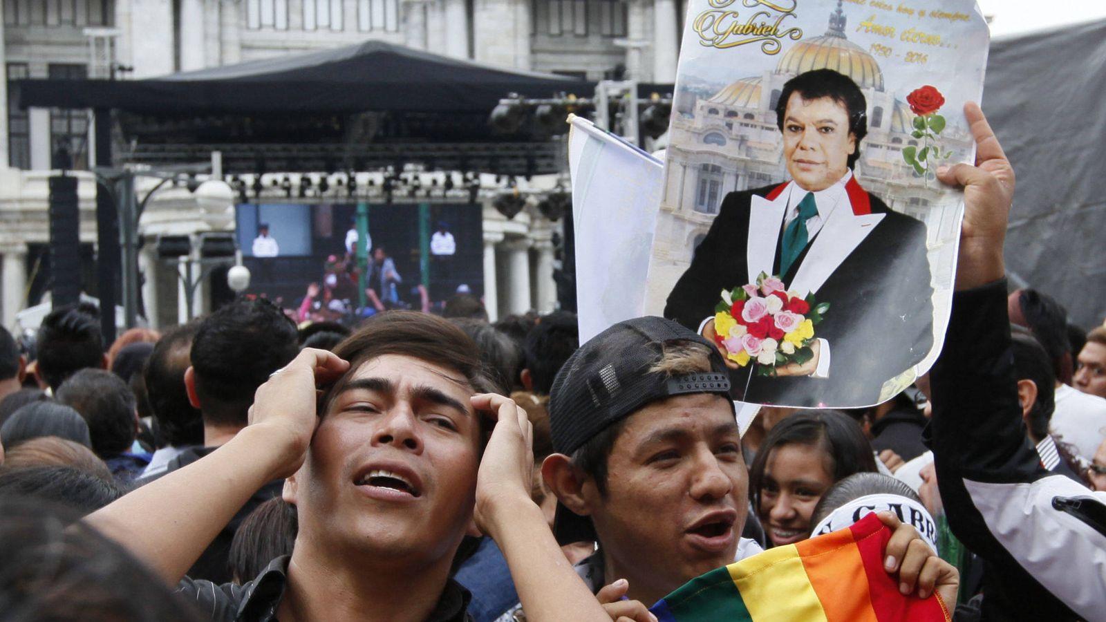 Foto: Fans de Juan Gabriel en Ciudad de México esperando la llegada de sus cenizas (EFE)