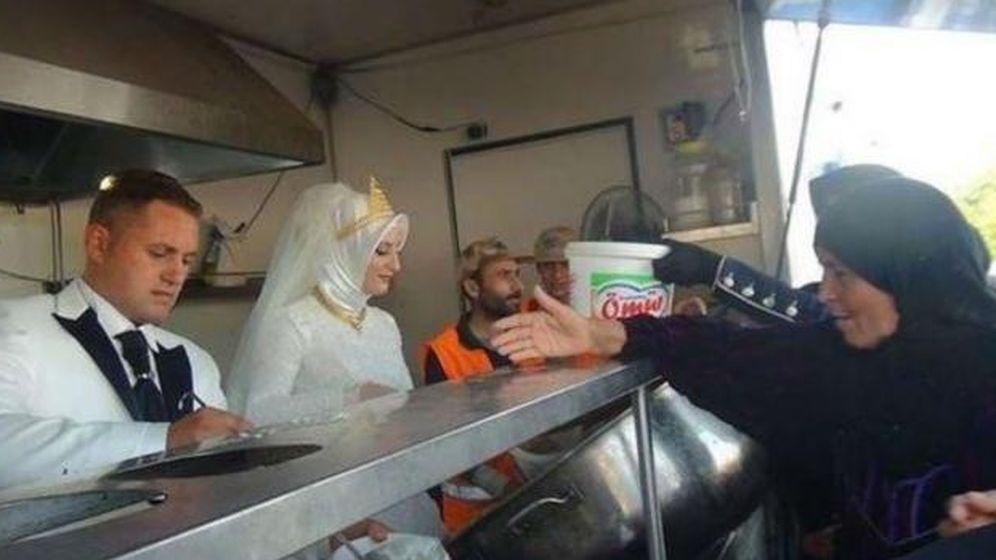 Foto: Una pareja turca reparte su banquete de boda entre 4.000 refugiados sirios