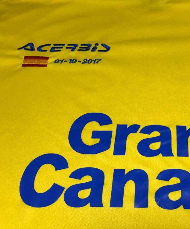 Foto: La camiseta de la UD Las Palmas, con la bandera de España bordada en el pecho. (UD Las Palmas)