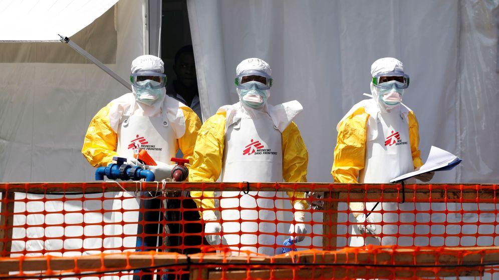 Foto: Tres voluntarios de 'Médicos Sin Fronteras', durante el brote de ébola en el Congo, el año pasado. (Reuters)