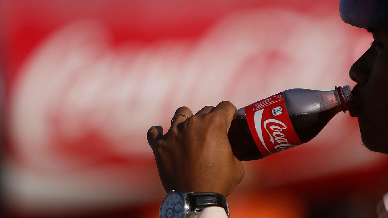 Foto: Un hombre bebe Coca-Cola. (Reuters)