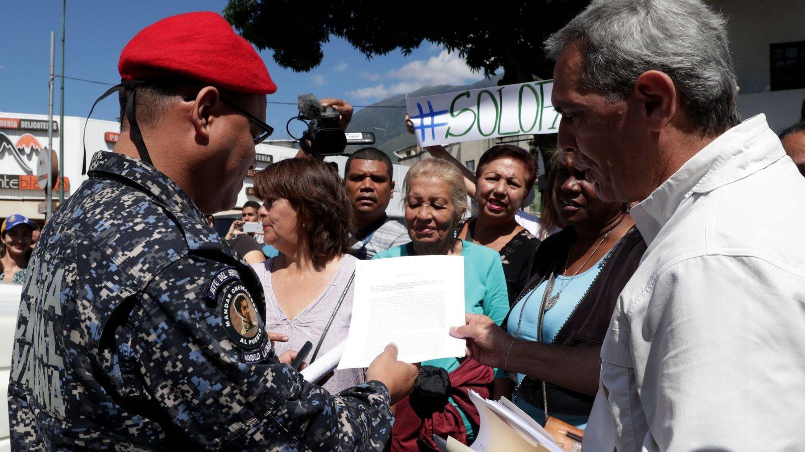 Foto: Opositores entregan a militares el texto de ley. (EFE)