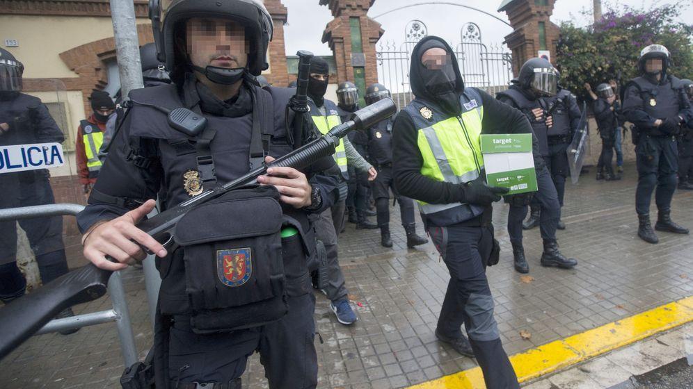 Foto: Agentes antidisturbios de la Policía Nacional retiran material del Instituto Can Vilumara de L'Hospitalet de Llobregat durante el referéndum del 1-O. (EFE)