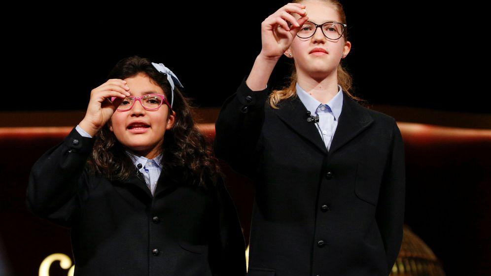 Foto: Nicol y Lorena, las niñas de San Ildefonso que han cantado el Gordo dos años seguidos (Reuters)