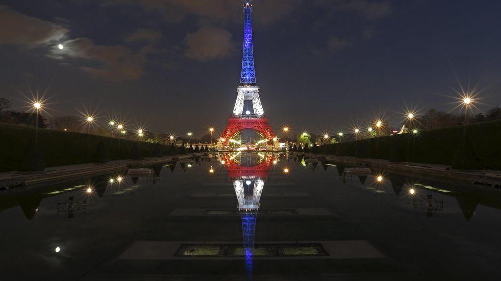 Foto: La Torre Eiffel, con los colores de la bandera francesa (Reuters)