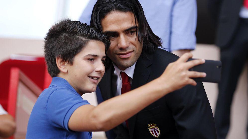 Foto: Radamel Falcao se hace una foto con un niño (Reuters)