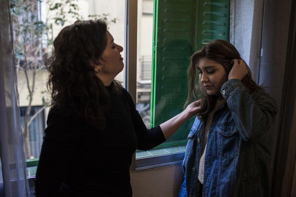 Foto: Adriana y su hija Federica en Madrid tras la operación (Foto: Santi Donaire).