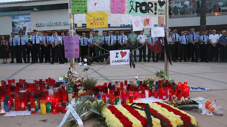 Homenaje de las fuerzas de seguridad del Estado a las víctimas de los atentados, en Cambrils. (EFE)