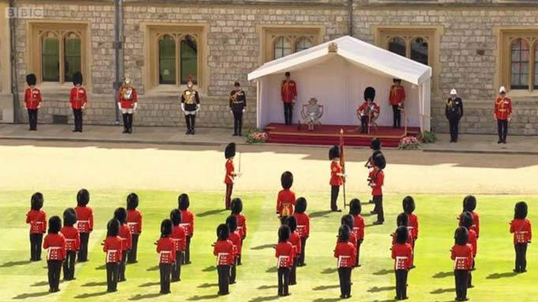 Isabel II y el duque de Kent observando el desfile militar. (BBC)