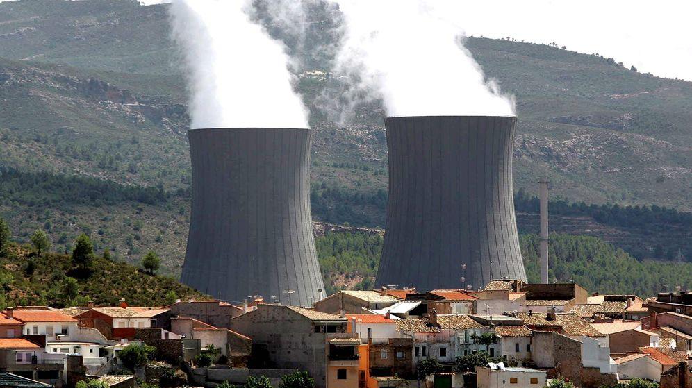 Foto: Fotografía de archivo de las torres de refrigeración de la central nuclear de Cofrentes. (EFE)