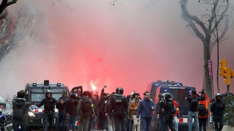 Foto: Seguidores del Olympique de Lyon en Barcelona. (EFE)