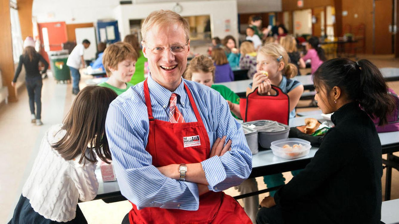Foto: El investigador en un comedor escolar. (Jason Koski/Cornell News)