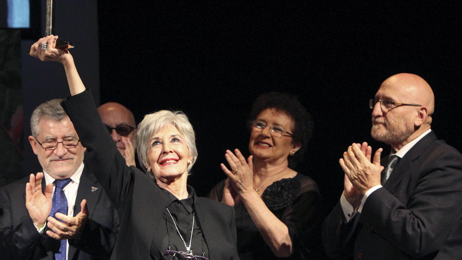 Foto: Concha Velasco recibiendo el Premio Corral de Comedias anoche (Efe)