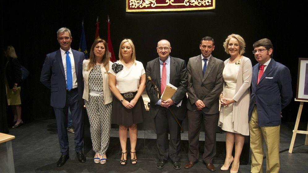 Foto: El alcalde de Parla, Luis Martínez Hervás (en el centro), con el resto de concejales del PP.