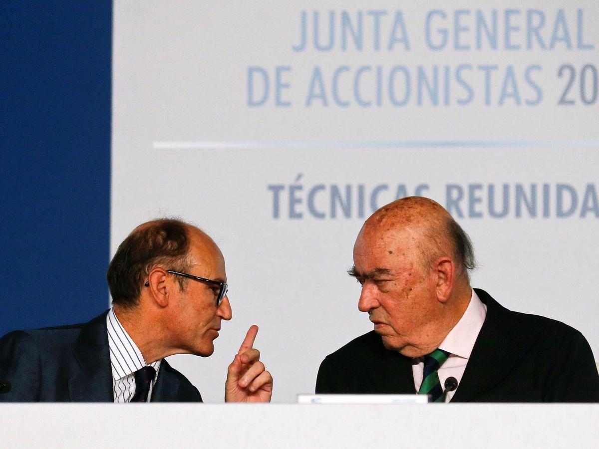 Foto: El presidente de TR, Juan Lladó, charla con José Lladó. (Reuters)