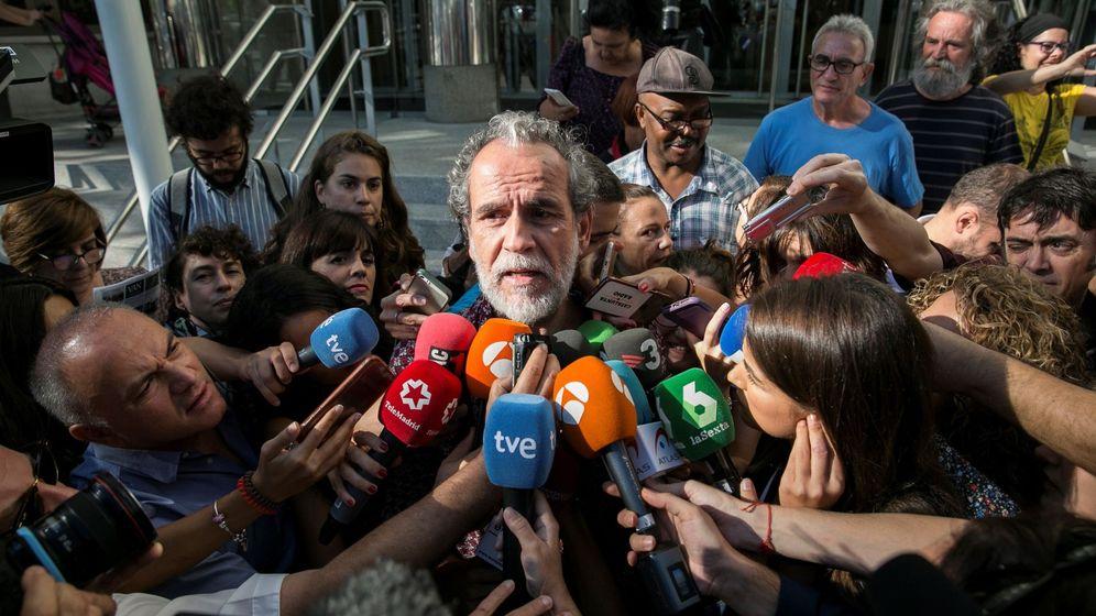 Foto: Willy Toledo atiende a los medios de comunicación tras declarar ante el juzgado. (EFE)