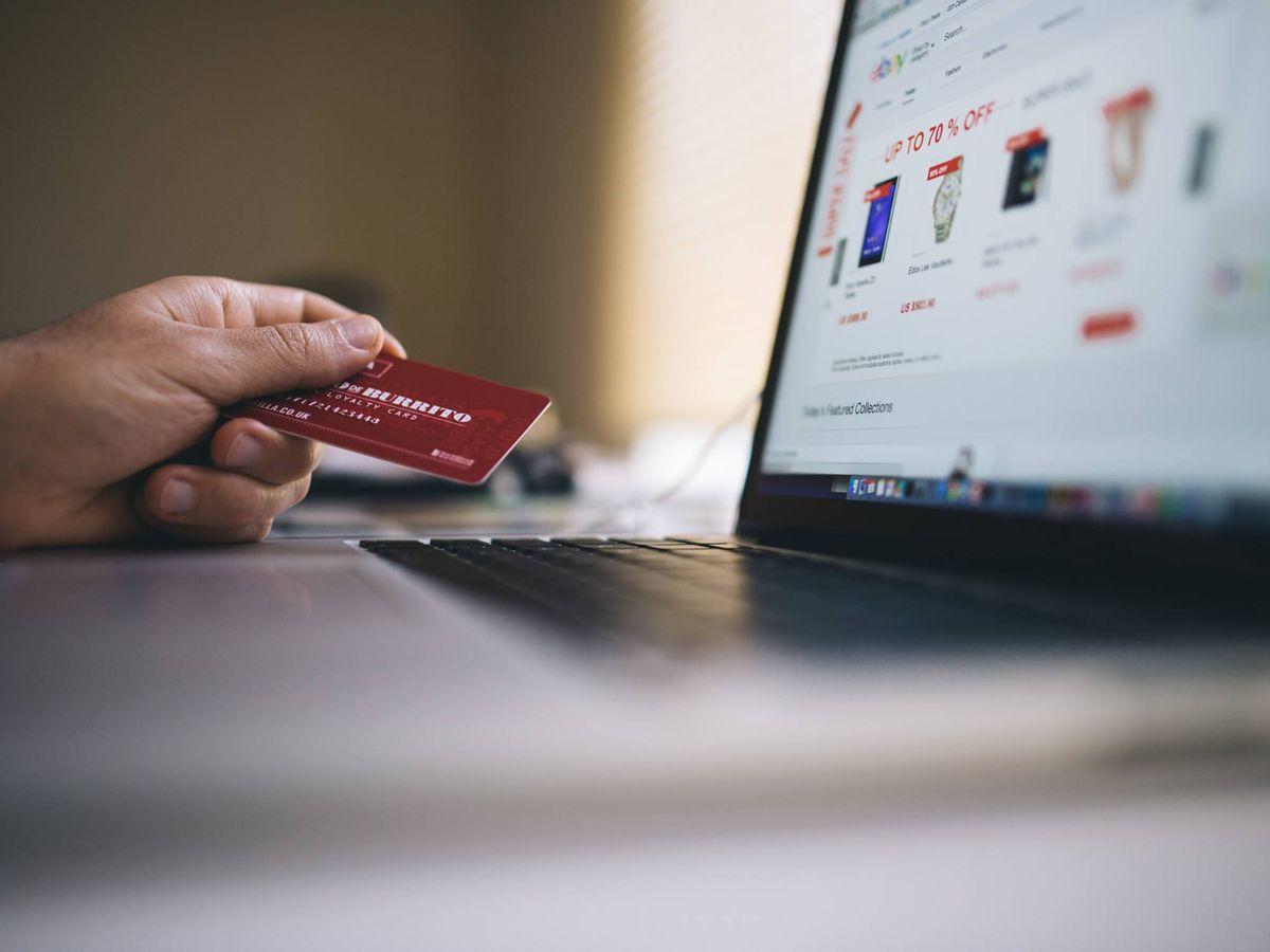 Foto: Una tarjeta de crédito, junto a un ordenador. (Pexels)