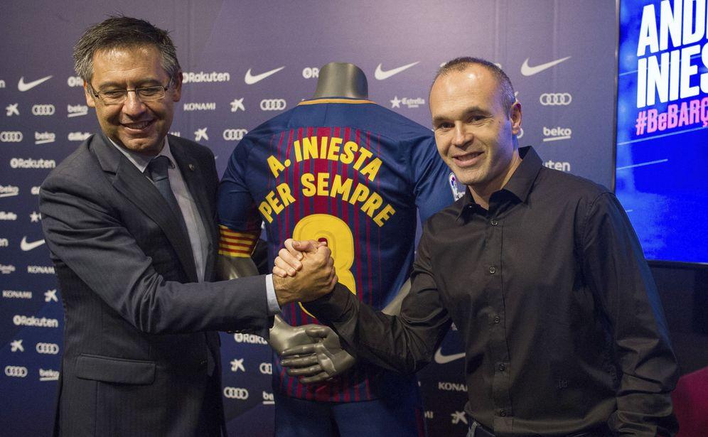 Foto: Josep María Bartomeu y Andrés Iniesta, durante el acto de renovación del manchego. (EFE)